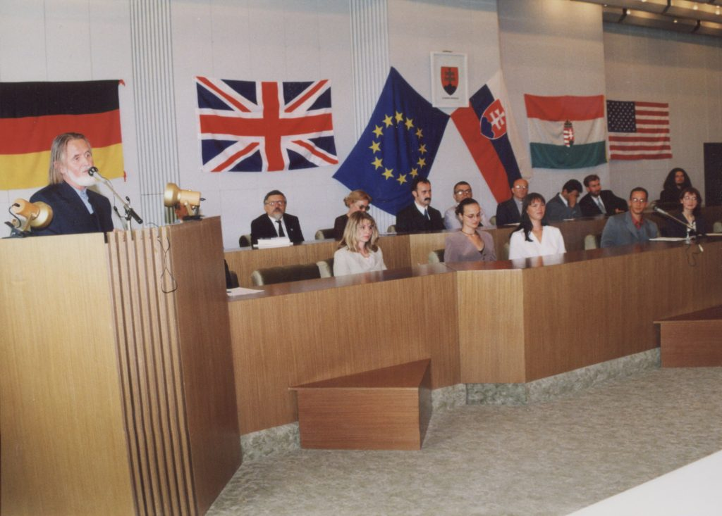 A Galántai Magángimnázium a pozsonyi Comenius Egyetemmel és a The British Councillal együttműködve 2000. szeptember 1-jén angol-magyar gimnáziumi képzést indít.