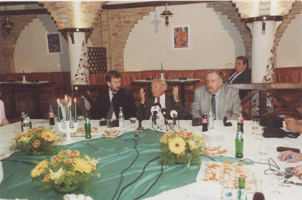Göncz Árpád Dunaszerdahelyen. (a képen: Hodossy Gyula, Göncz Árpád, Szilvássy József)