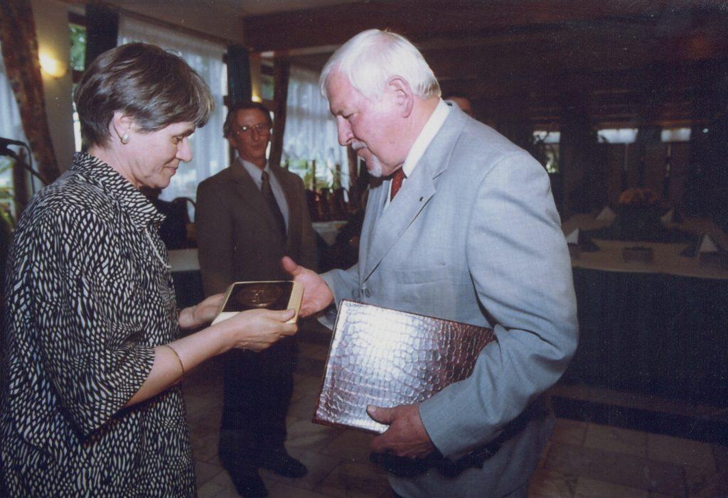 Márai Sándor Alapítvány Nyitott Európáért díj átadása. (a képen: Jáky Jánosné, Miroslav Kusý)