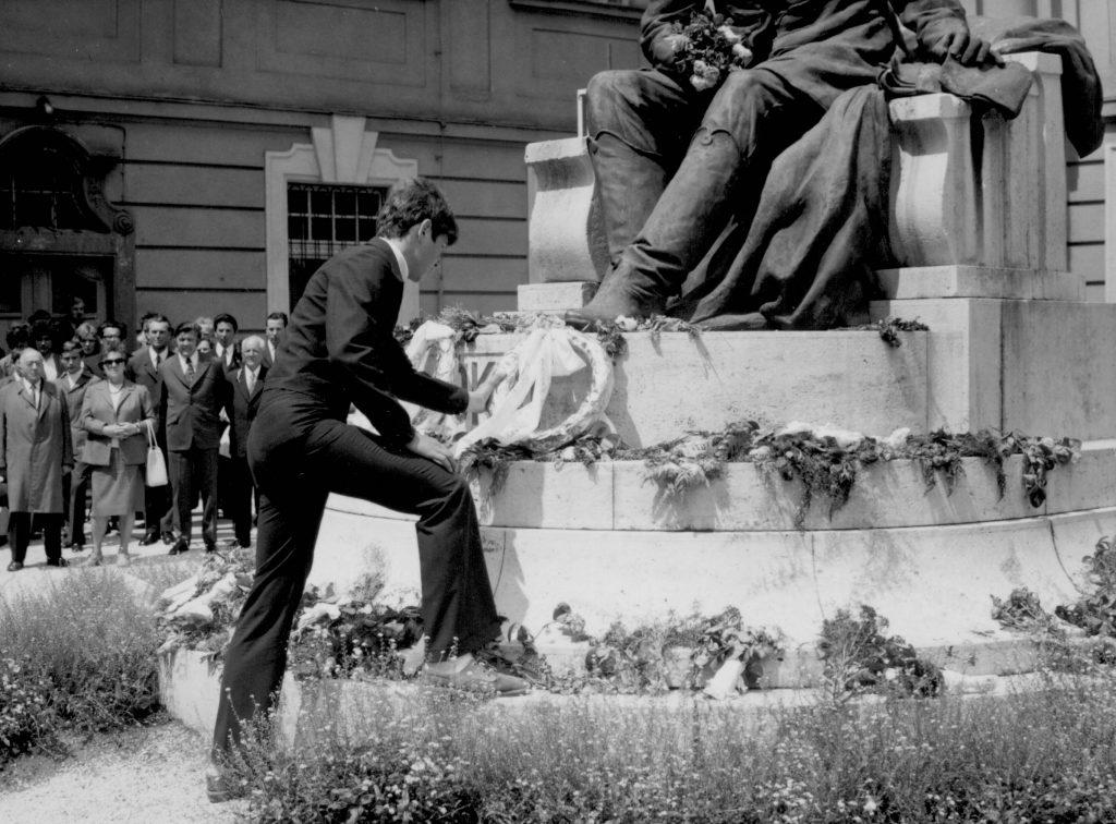 A Jókai szobor megkoszorúzása. (IX. Jókai Napok)