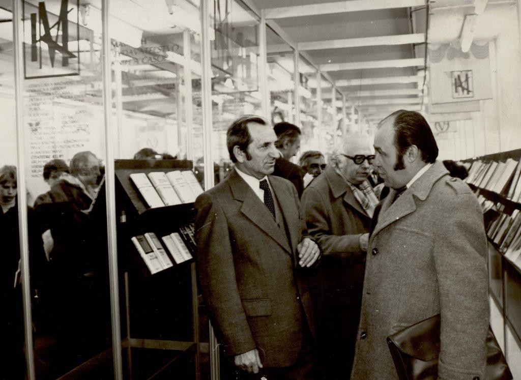 A Madách Könyvkiadó standja egy könyvvásáron. (a képen jobb oldalt Duba Gyula író, szerkesztő)
