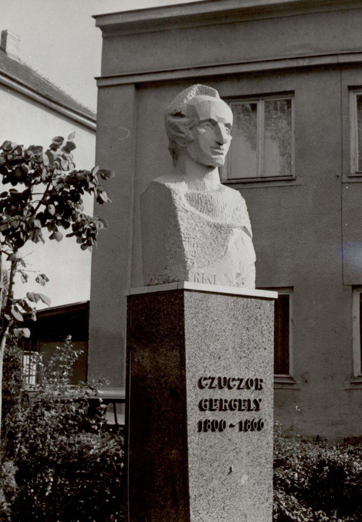 Czuczor Gergely szobrának koszorúzása a XIII. Czuczor Gergely napok alkalmából