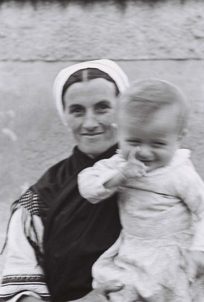 Anya kisgyermekével. (Arany Adalbert László zobor vidéki néprajzi fotói az 1940-es évekből. Lipcsey Gyula hagyatéka.)