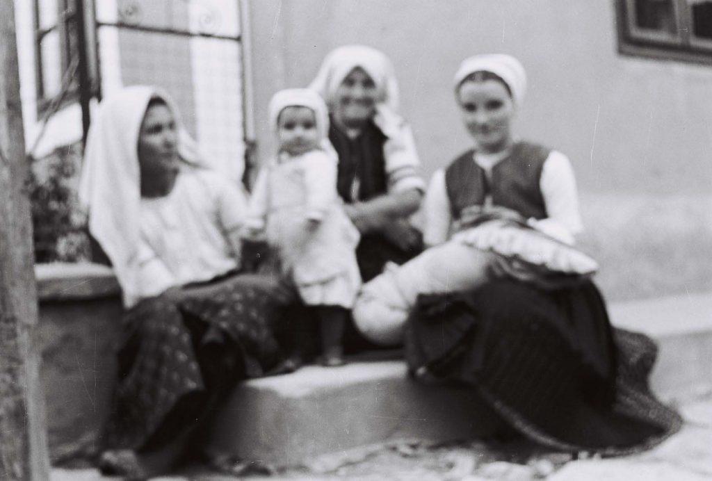 Gyerekekre vigyázó asszonyok. (Arany Adalbert László zobor vidéki néprajzi fotói az 1940-es évekből. Lipcsey Gyula hagyatéka.)