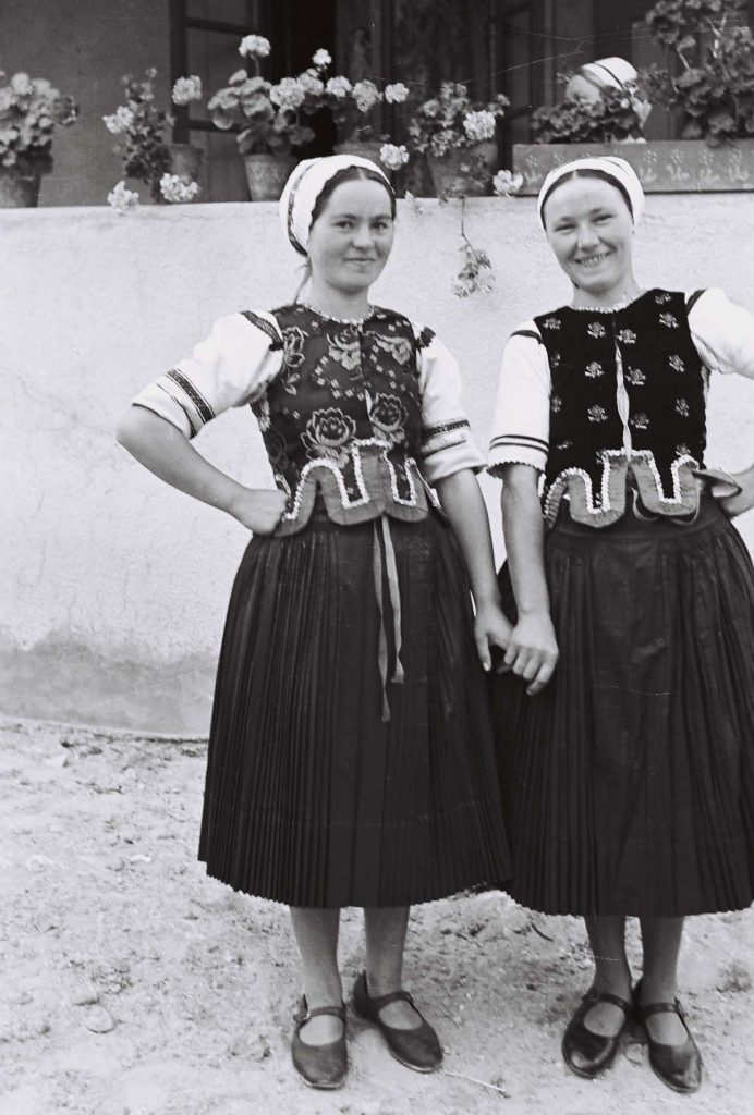 Tornác előtt álló lányok. (Arany Adalbert László zobor vidéki néprajzi fotói az 1940-es évekből. Lipcsey Gyula hagyatéka.)