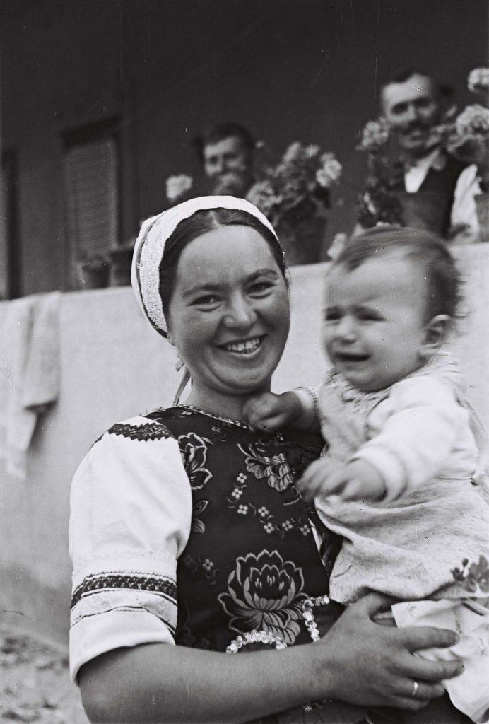 Kisgyermeket tartó lány. (Arany Adalbert László zobor vidéki néprajzi fotói az 1940-es évekből. Lipcsey Gyula hagyatéka.)