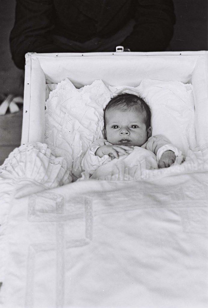 Bölcsőben fekvő kisgyermek. (Arany Adalbert László zobor vidéki néprajzi fotói az 1940-es évekből. Lipcsey Gyula hagyatéka.)