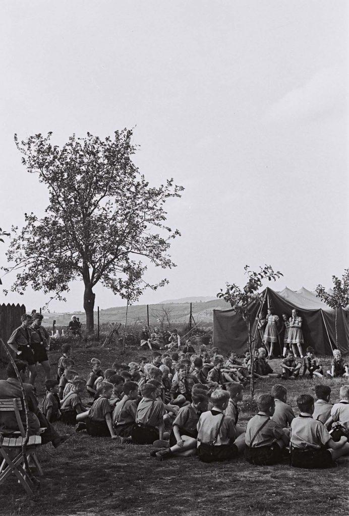 Cserkésztábor. (Arany Adalbert László zobor vidéki néprajzi fotói az 1940-es évekből. Lipcsey Gyula hagyatéka.)