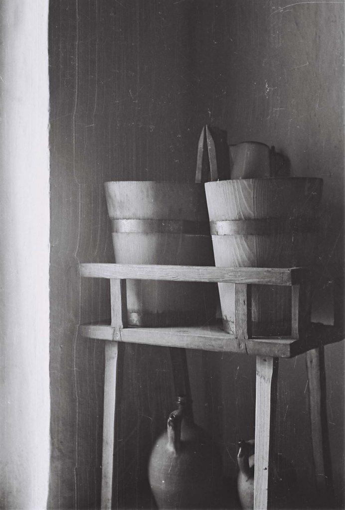 Rocskák és vizes korsók. (Arany Adalbert László zobor vidéki néprajzi fotói az 1940-es évekből. Lipcsey Gyula hagyatéka.)