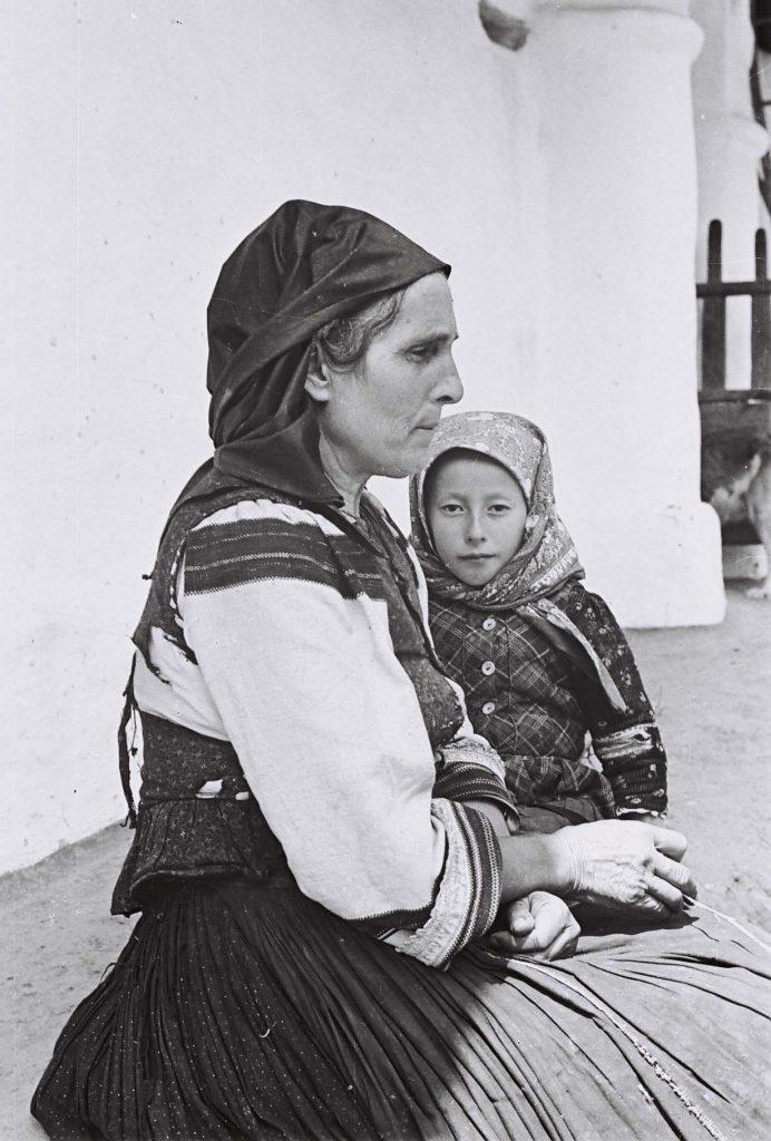 Asszony és leánya. (Arany Adalbert László zobor vidéki néprajzi fotói az 1940-es évekből. Lipcsey Gyula hagyatéka.)