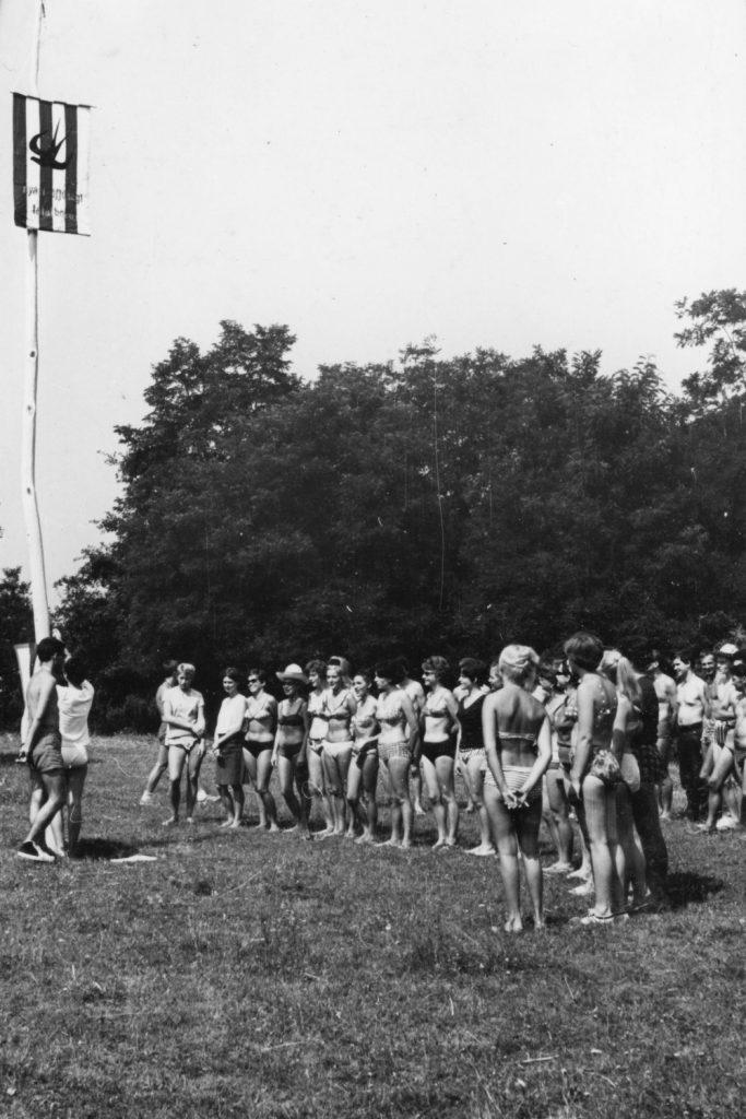 Zászlófelvonás a Nyári ifjúsági találkozón.