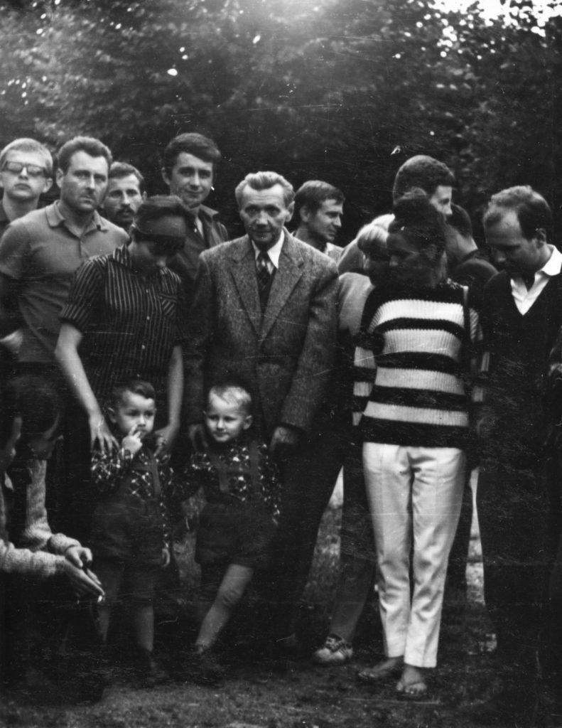 A pinci táborozók kirándulása Fábry Zoltánnál.