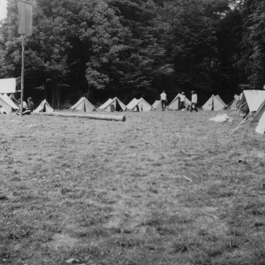 A jászói sátortábor a tábor zászlajával.