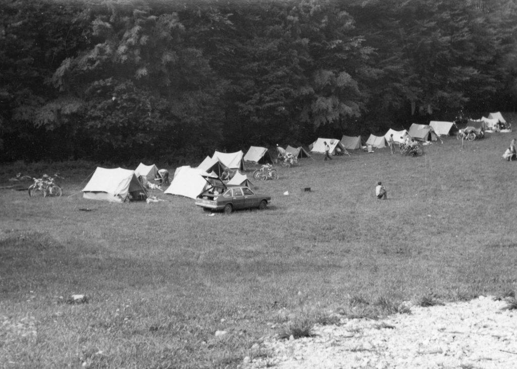 A gombaszögi táborhely. (bal odlalt a biciglik mellett két megmentett fejfa)
