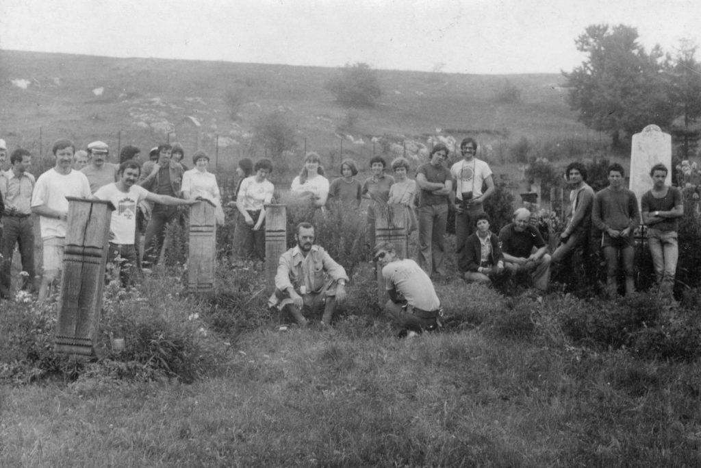 A kerékpártúra résztvevői a szilicei temető fejfáival.