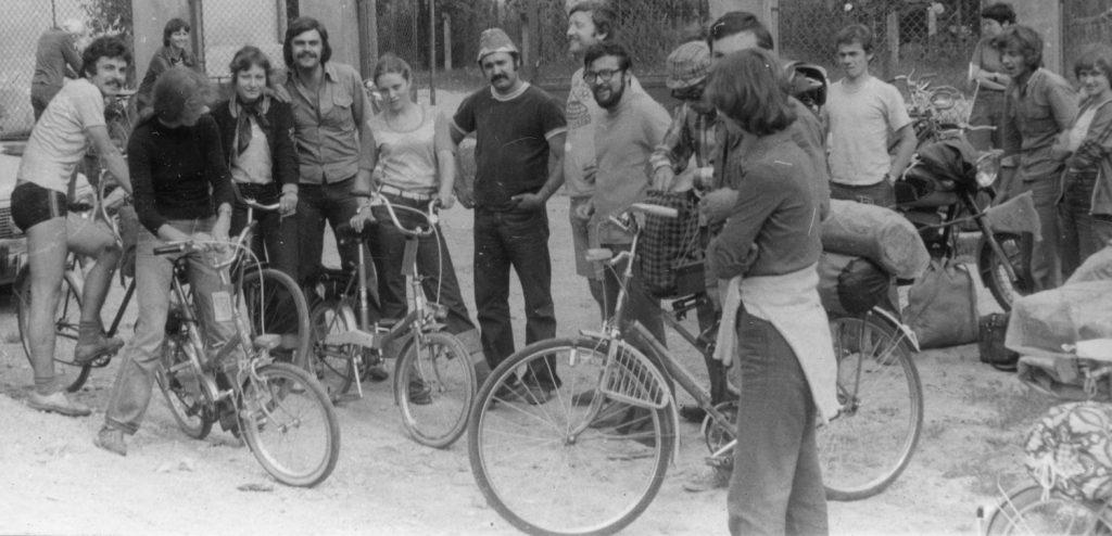 Hangulatkép a kerékpártúra résztvevőiről.