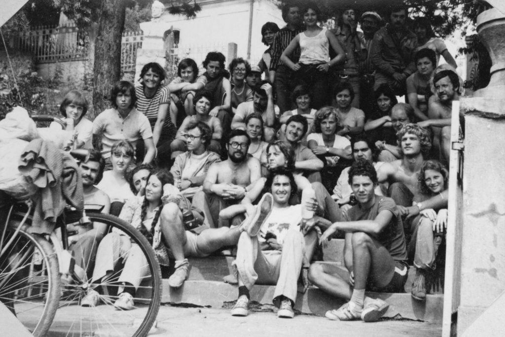 A kerékpártúra résztvevői a hanvai Tompa szobornál.