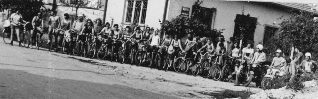 A kerékpártúra résztvevői  Serkén.