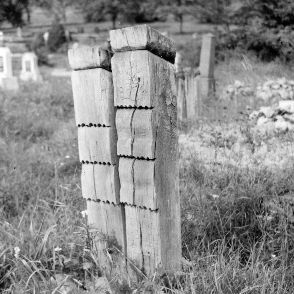 Fejfák a tornagörgői temetőben.