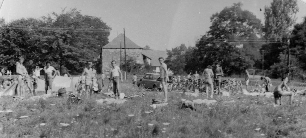 A kerékpártúra résztvevői Borsiban. (A háttérben Rákóczi szülőháza.)