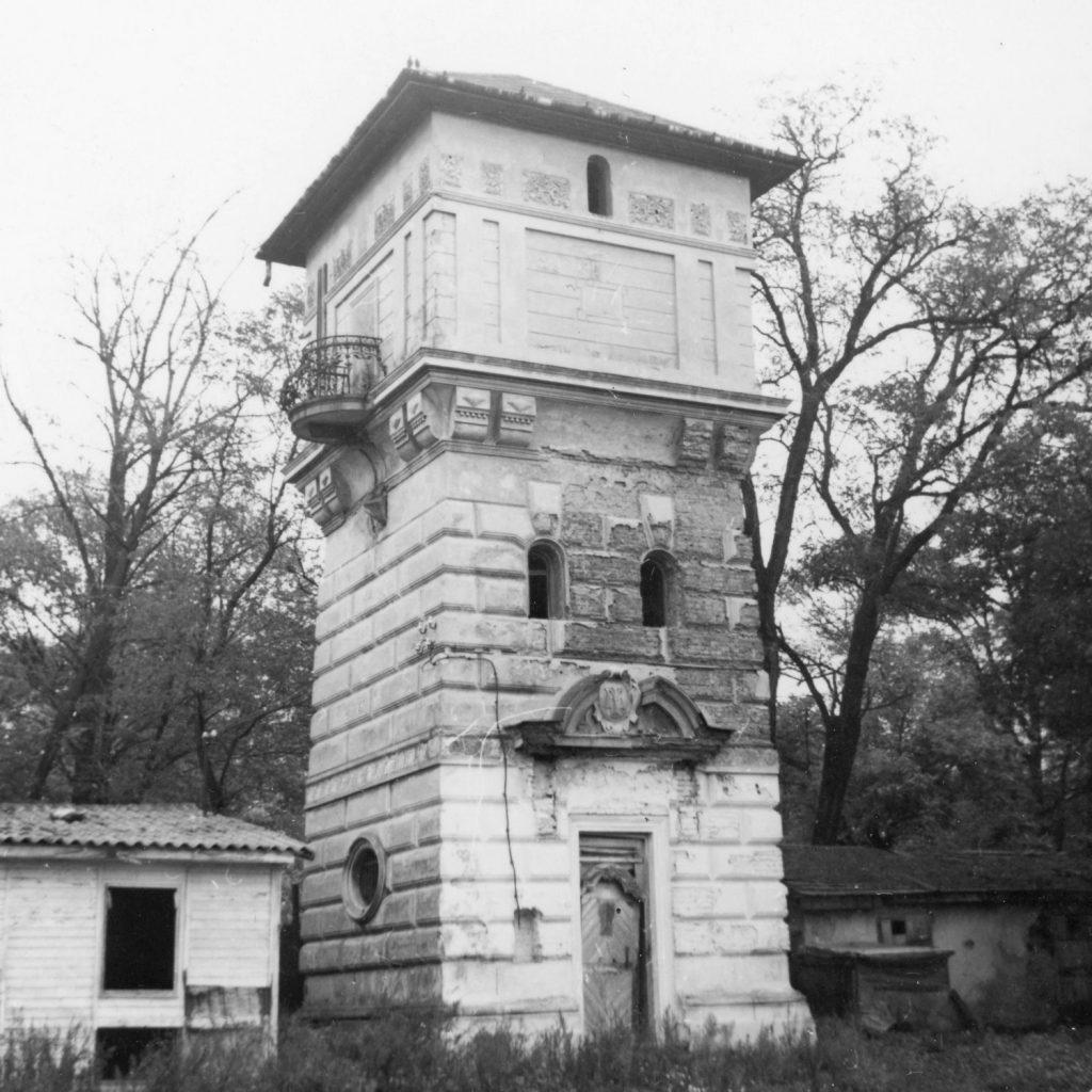 Perbenyík - a Majláth kastély víztornya.