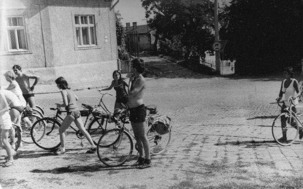 A kerékpártúra résztvevői a Lorántffy-kastély előtt.