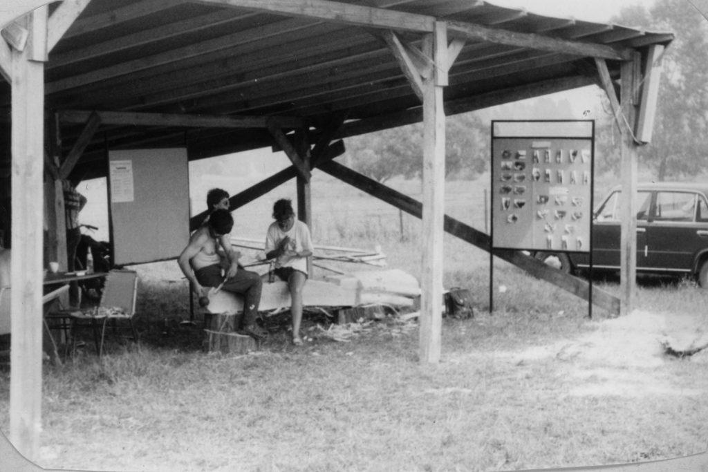 Kopjafa faragása a VI. Nyári Művelődési Táborban.
