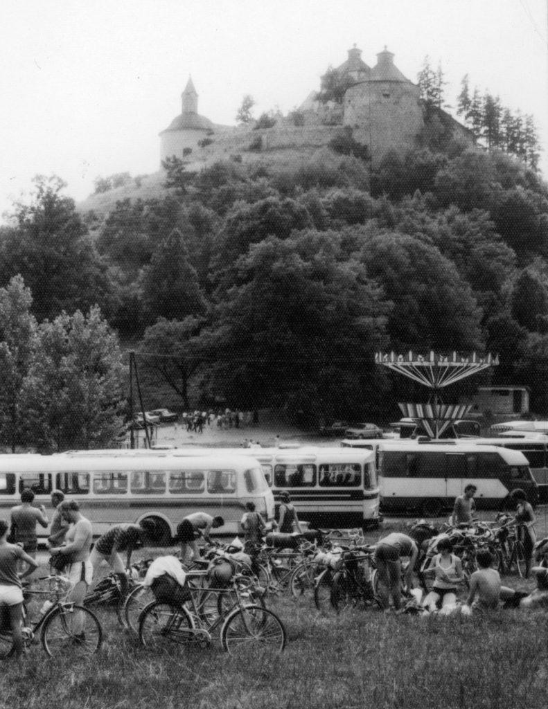 A kerékpártúra résztvevői Krasznahorkaváralján.