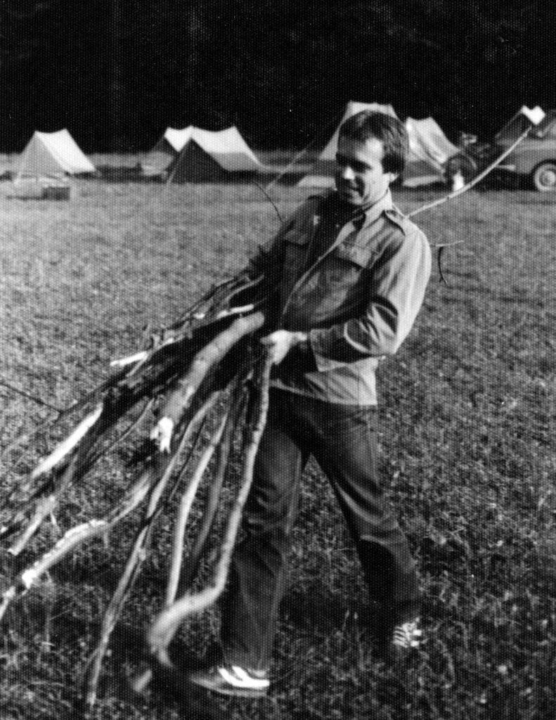 Tüzifa gyűjtése az első tábortűzhöz.