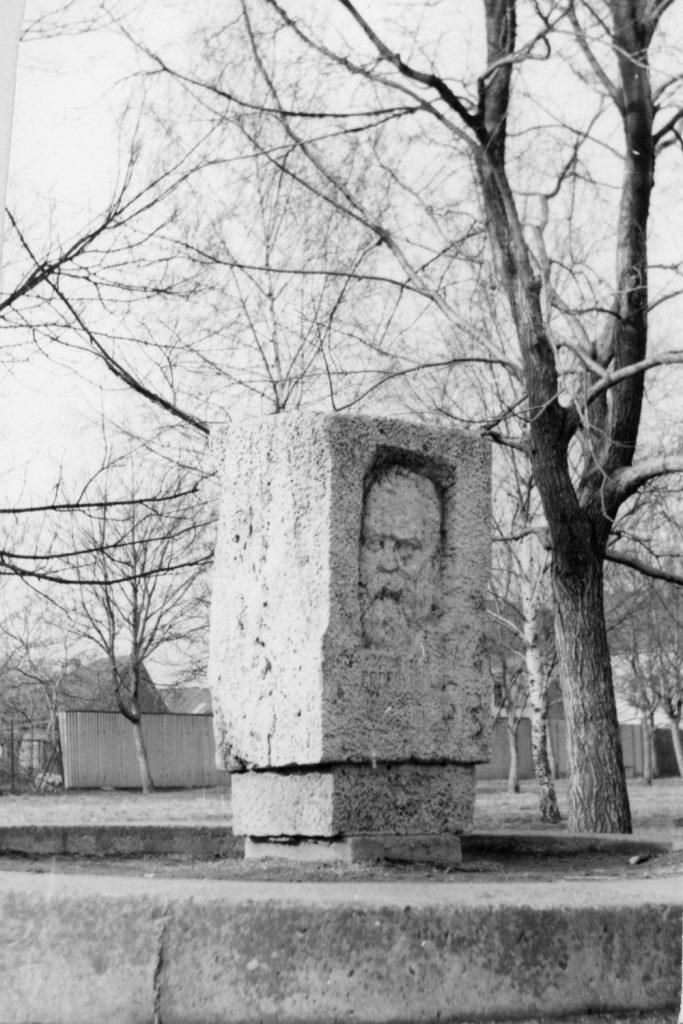 Erdélyi János emlékműve Nagykaposon.