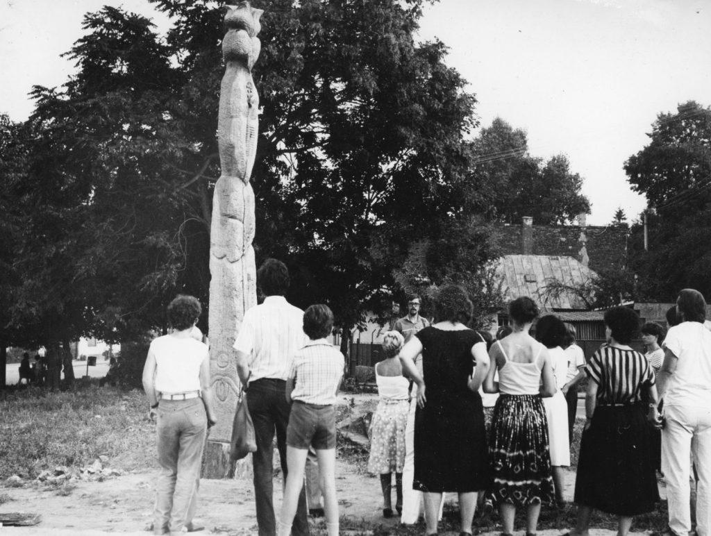 Kopjafa avatás a királyhelmeci kultúrház előtt.