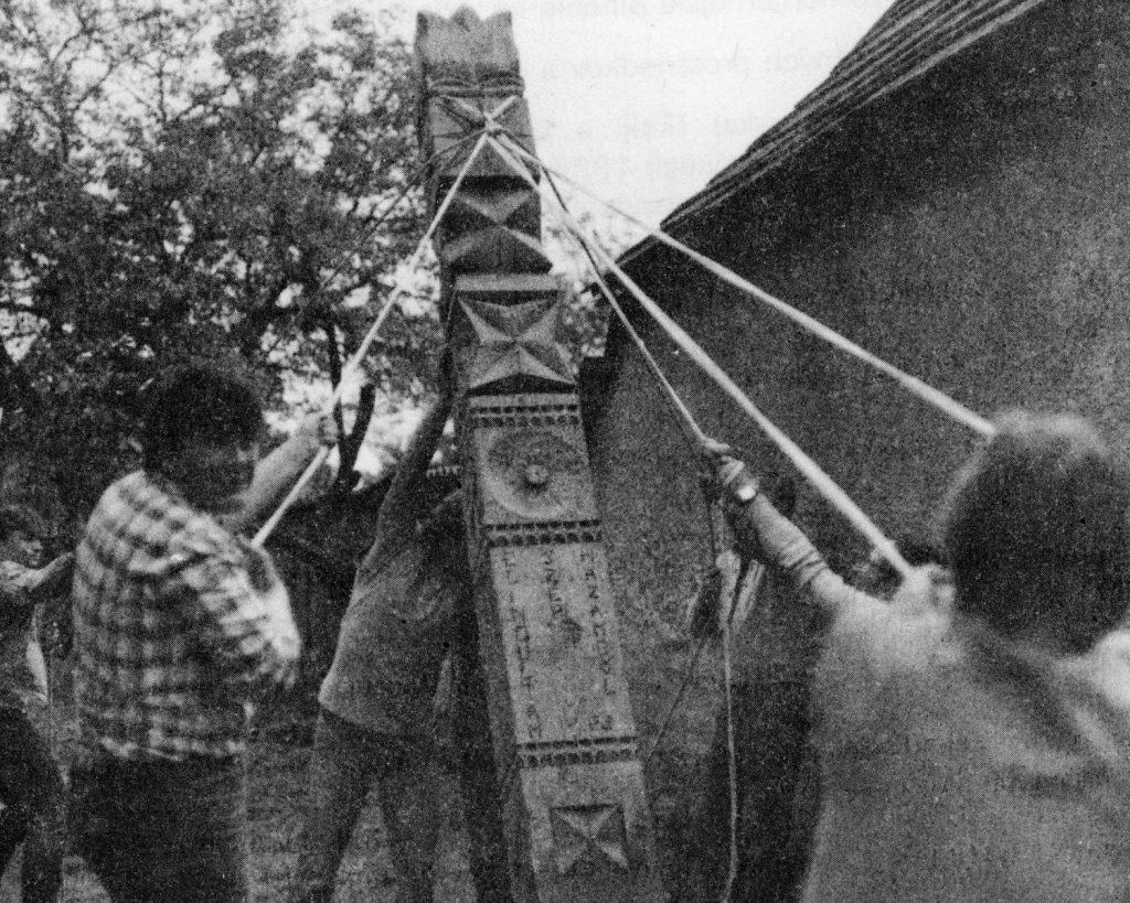 Kopjafa állítása a szepsi múzeum udvarán.
