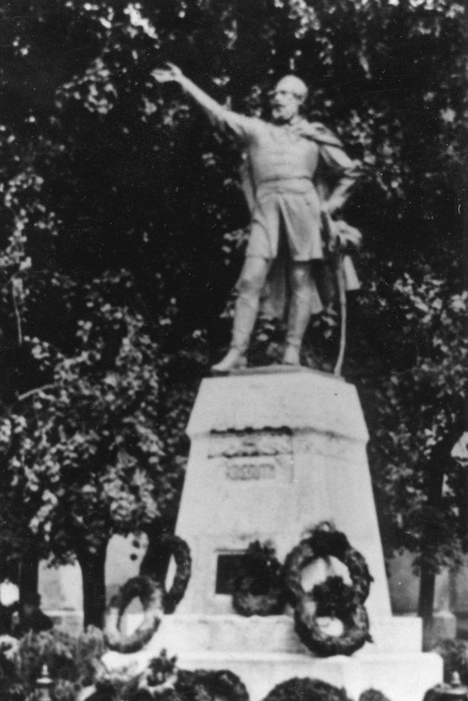 Kossuth Lajos szobra az eredeti helyén.
