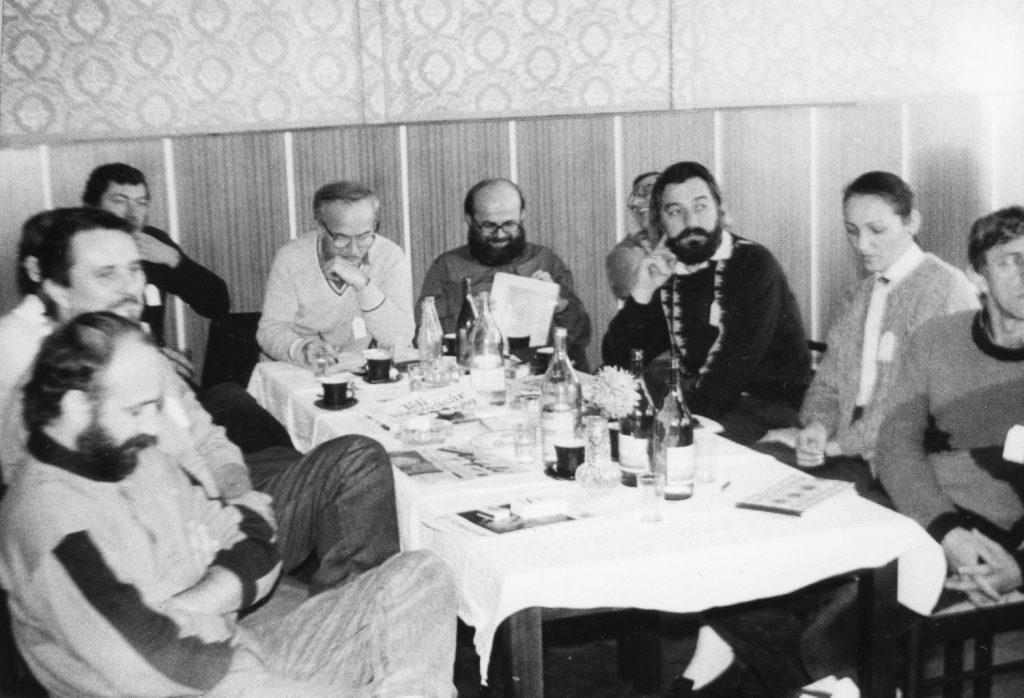 FMK tagok gyűléseznek.