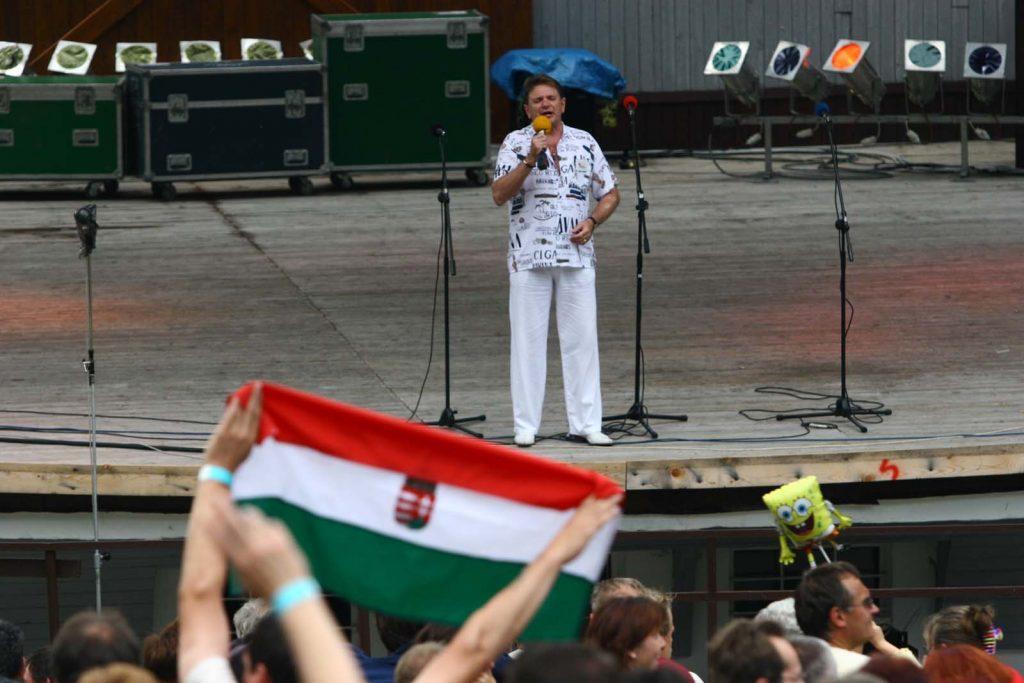 Komár László énekes előadása, Budapest. (középen a magyar nemzeti zászló) (XLVII. Országos Kulturális Fesztivál)