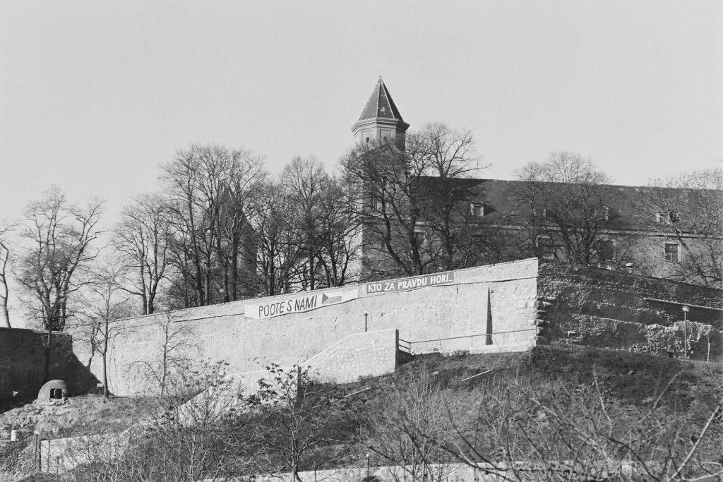 Transzparansek a pozsonyi vár falán.