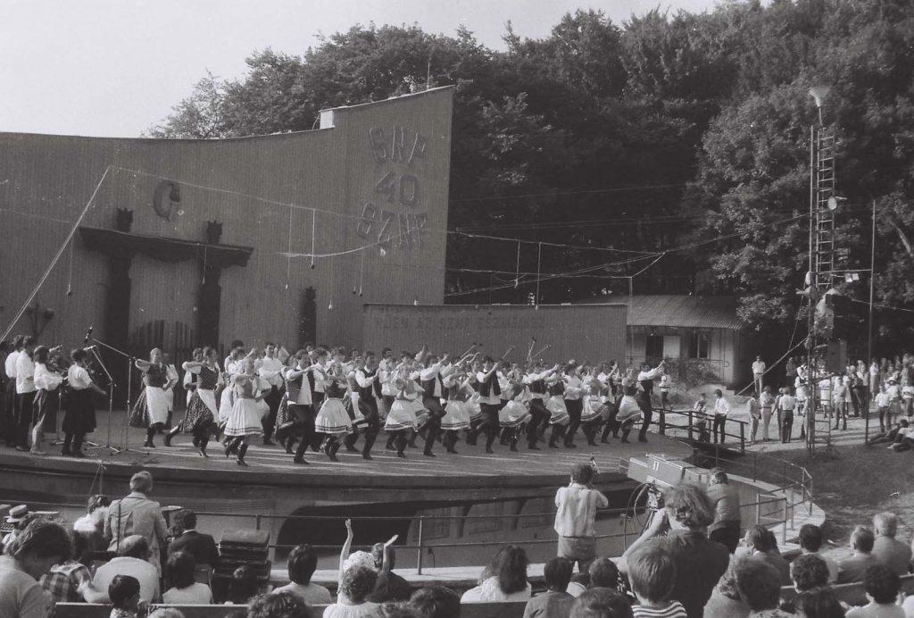 Zárókép, az összes hazai táncegyüttes. (első sorban a Szőttes Népművészeti Csoport) (XXIX. Országos Kulturális Ünnepély)