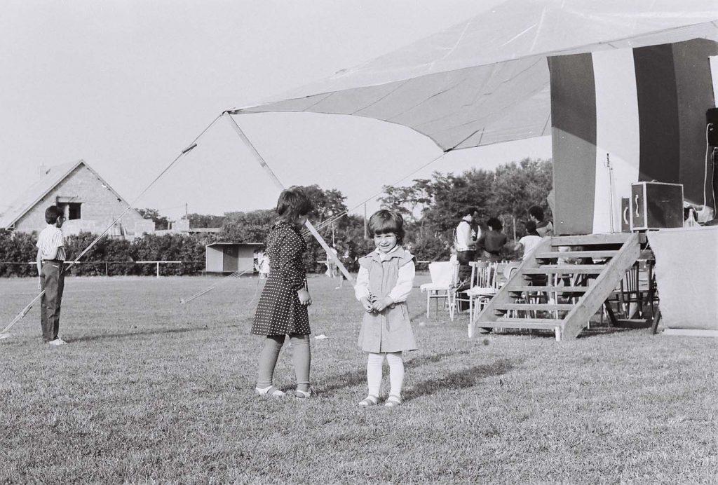 Két kislány a színpad mellett. (zsánerkép)