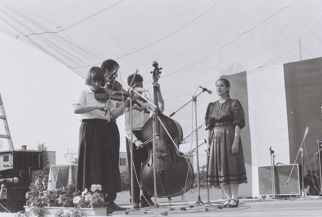 A Szőttes Népművészeti Együttes (Pozsony) fellépése. (a képen a Varsányi Együttes, énekel Nagy Myrtil)