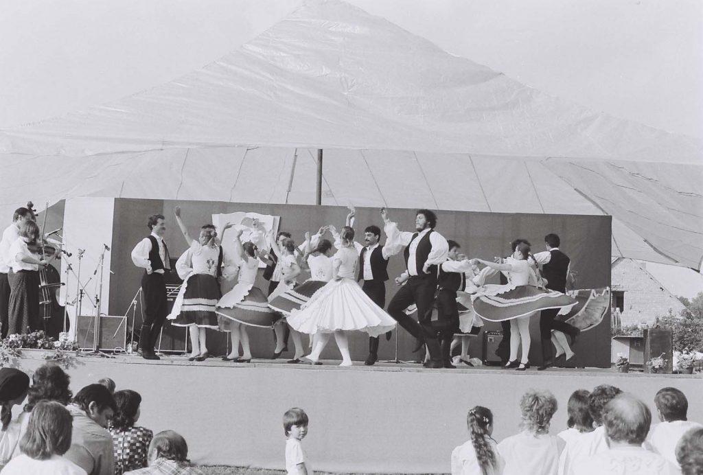 A Szőttes Népművészeti Együttes (Pozsony) fellépése. (kalocsai táncok)