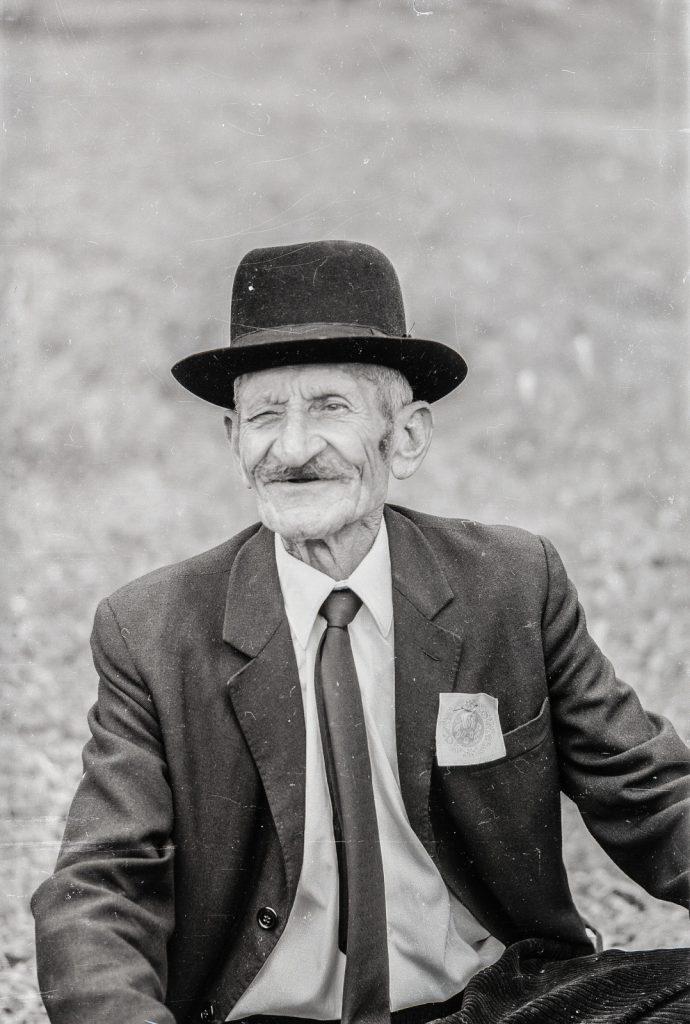 Kalapos bácsi portréja. (XX. Országos Dal- és Táncünnepély)
