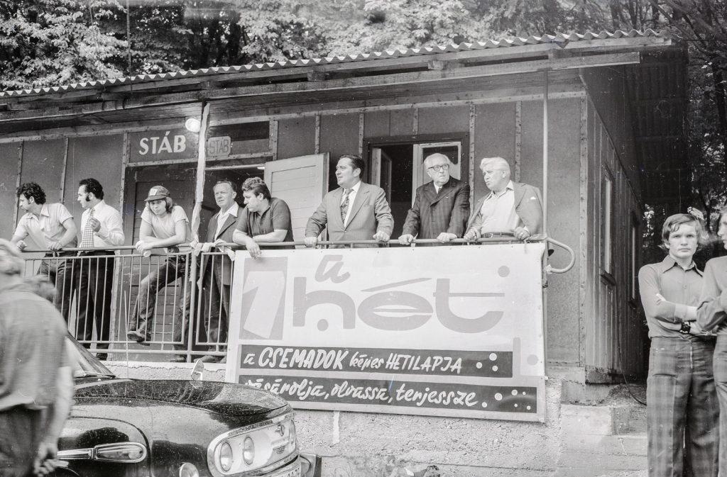 Stáb épülete. (jobbról: Labncz István, Lőrincz Gyula, György István) (XX. Országos Dal- és Táncünnepély)