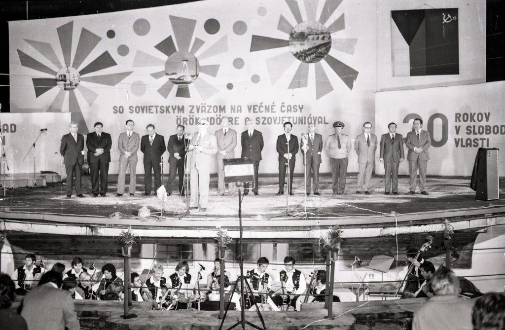 Politikai küldöttség. (jobbról: 1. Koczka István) (XX. Országos Dal- és Táncünnepély)