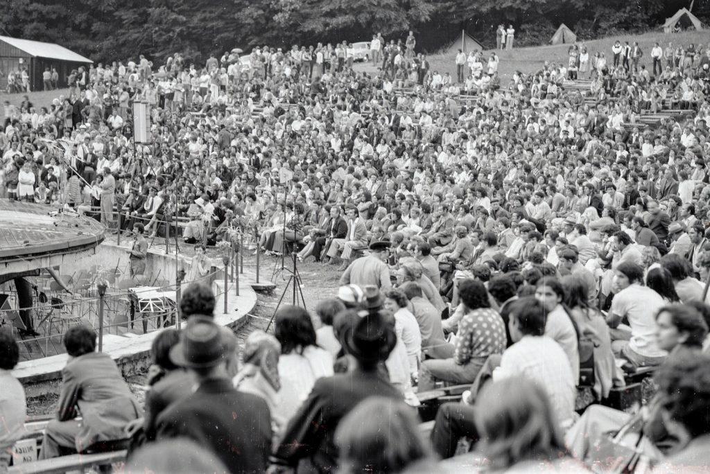 Közönség. (XX. Országos Dal- és Táncünnepély)