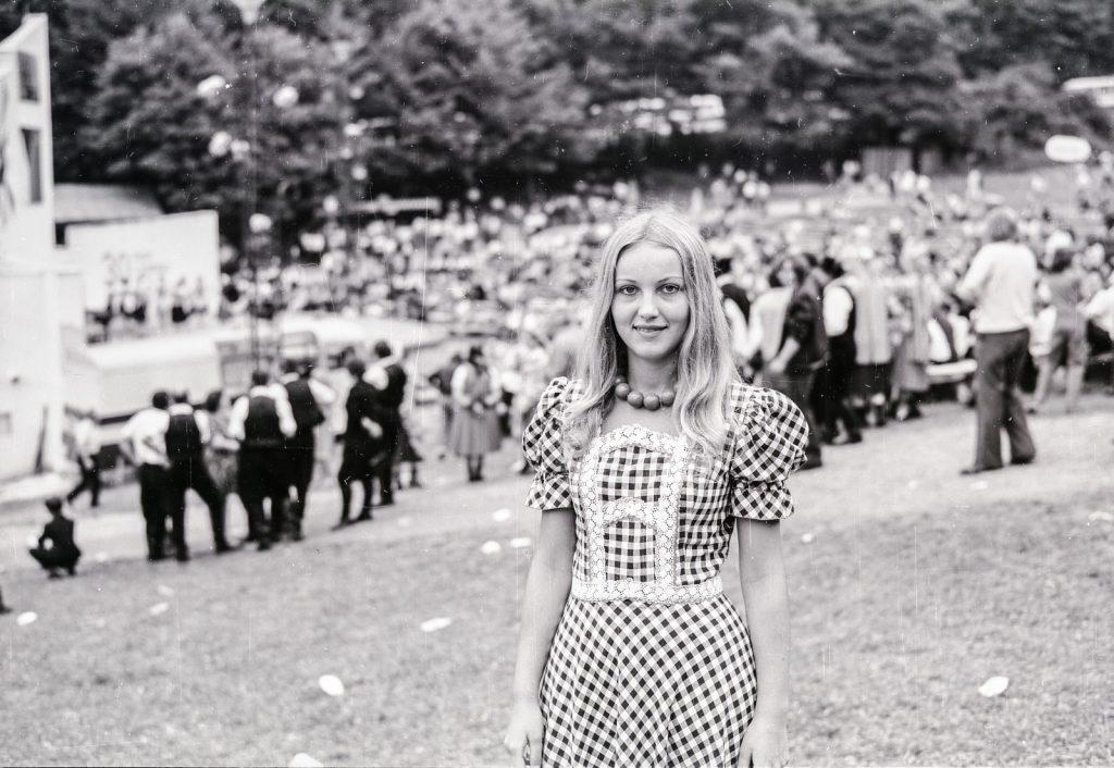 Ifjú hölgy háttérben a nézőtérel. (XX. Országos Dal- és Táncünnepély)