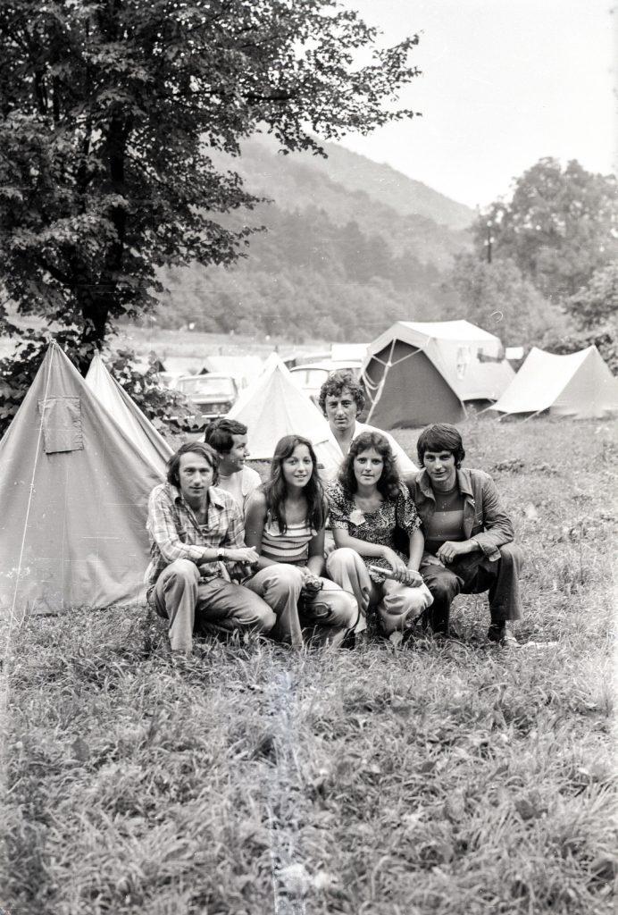 Fiatalok csoportja a sátrak előtt. (XX. Országos Dal- és Táncünnepély)