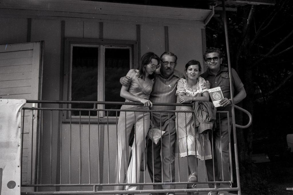 A stábnál. (balról Tóth Amálka, Bodnár Béla, Fekete Márta, Turay László) (XXI. Országos Dal- és Táncünnepély)