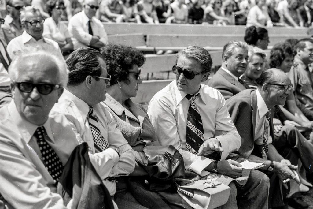 A közönség. (1. sor balról 1. Lőrincz Gyula Csemadok elnök,  5. Fábry István SzNT alelnök) (XXI. Országos Dal- és Táncünnepély)