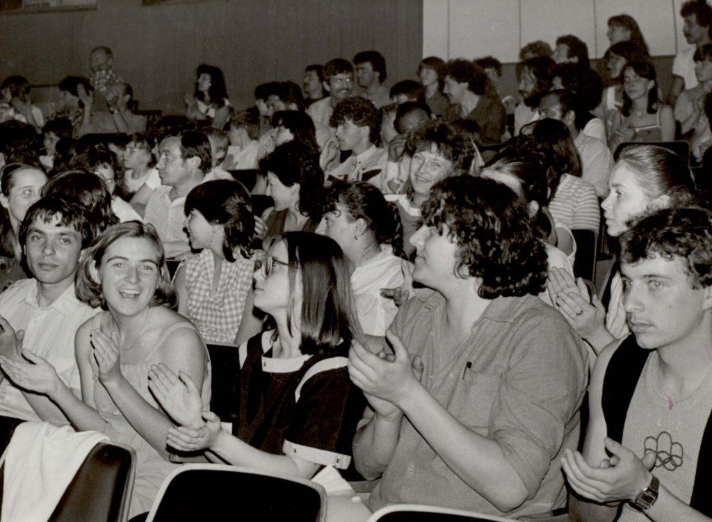 A közönség. (XXX. Országos Népművészeti Fesztivál, Zselíz) (középen Habodász Erika, Furik Rita és Richtarcsík Mihály)