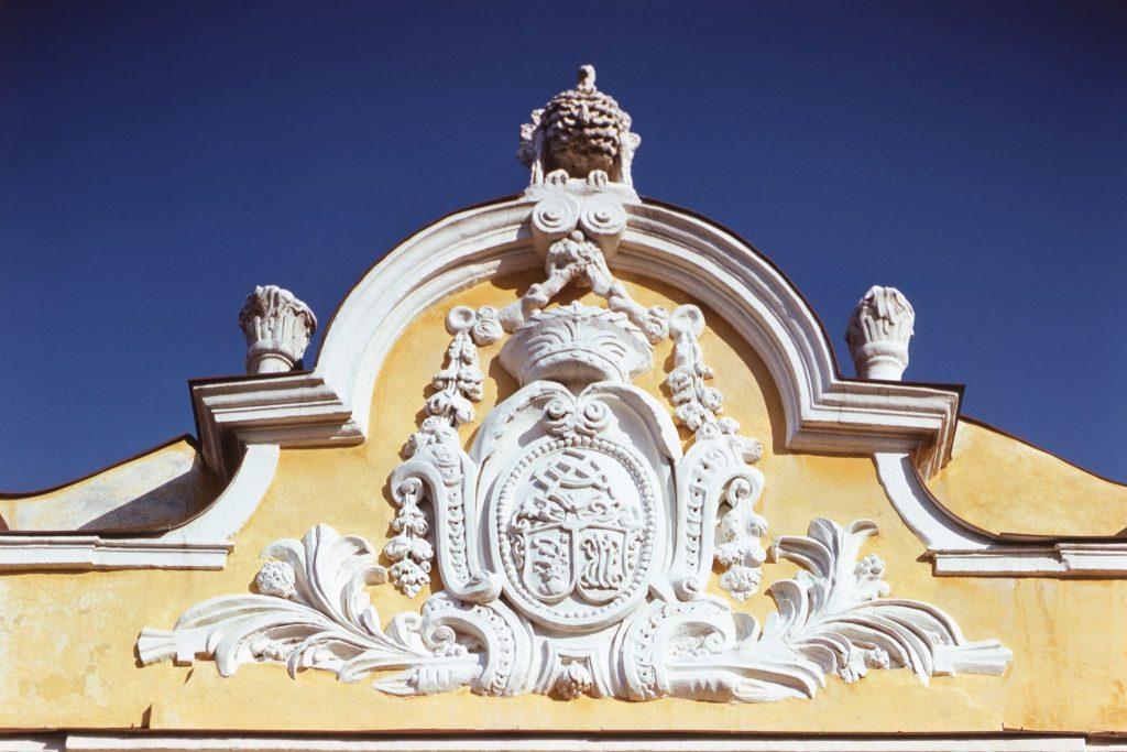 Címer a Csallóközi Múzeum épületén.